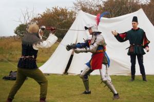 De heren van de Deense middeleeuwse groep Warwick geven een vechtkunst-demonstratie